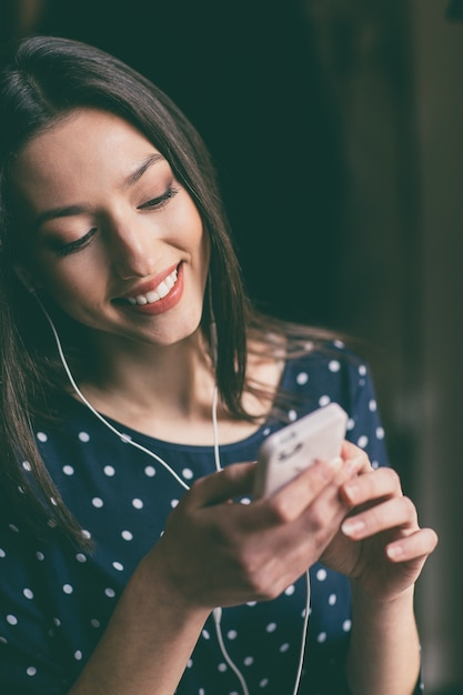 sourire  u00e9tudiant d u0026 39 envoyer un message
