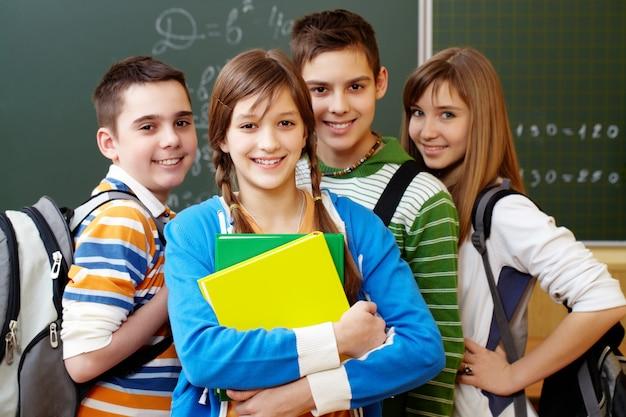 Sourire étudiants avec des sacs à dos Photo gratuit