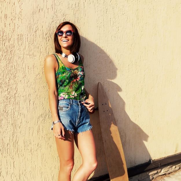 Soleil Soleil Lunettes De Sur Des Journée Une Une Portant Femme Sourire  pBXUS 401222abd90d
