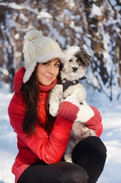 Sourire fille posant avec son chien dans un champ enneig t l charger des photos gratuitement - Image sourire gratuit ...
