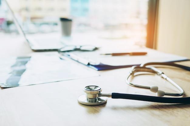 Stéthoscope sur la table dans le bureau du médecin de bureau de l