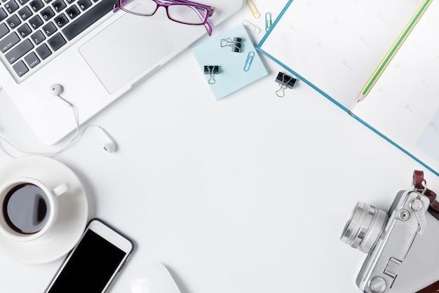Table de bureau moderne blanc avec ordinateur portable