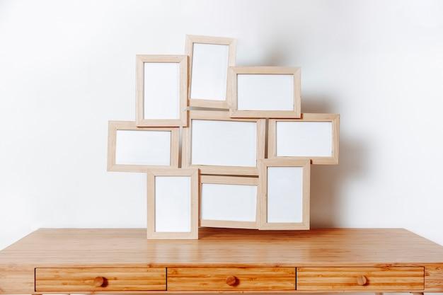 Table en bois avec cadres photo Photo gratuit