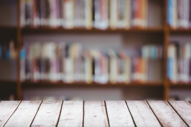 Table en bois avec fond flou Photo gratuit