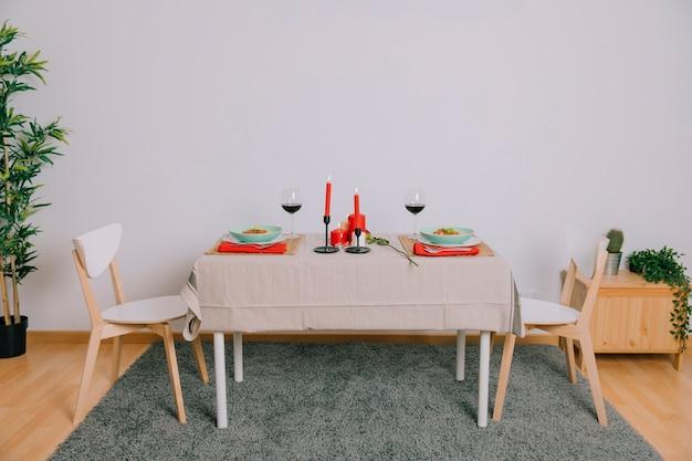 Table servie pour un dîner romantique Photo gratuit