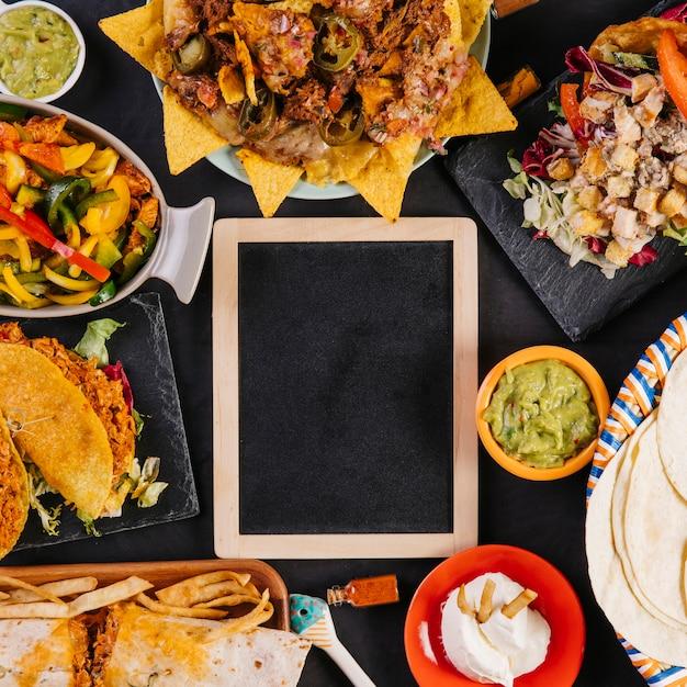 Tableau noir gros plan et plats mexicains Photo gratuit