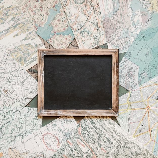 Tableau noir sur la table avec des cartes Photo gratuit