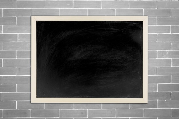 tableau noir tableau noir avec cadre en bois sur le vieux fond de mur blanc de brique pour le. Black Bedroom Furniture Sets. Home Design Ideas