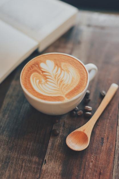 Tasse de caf avec le dessin sur la mousse et un livre t l charger des photos gratuitement - Tasse de cafe dessin ...
