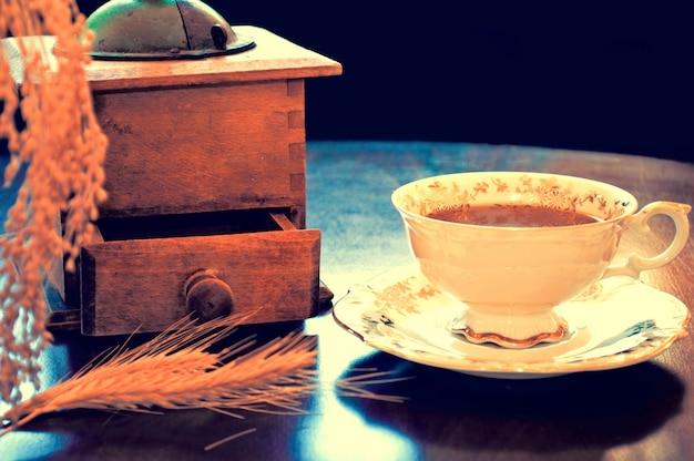 tasse de caf avec un vieux moulin t l charger des photos gratuitement. Black Bedroom Furniture Sets. Home Design Ideas