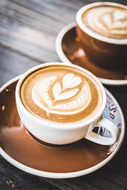 tasse de caf avec une fleur de mousse t l charger des photos gratuitement. Black Bedroom Furniture Sets. Home Design Ideas