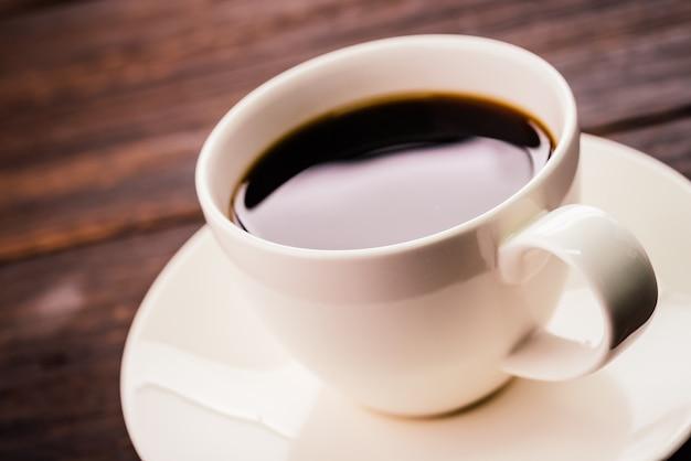 tasse de caf sur une table en bois t l charger des photos gratuitement. Black Bedroom Furniture Sets. Home Design Ideas