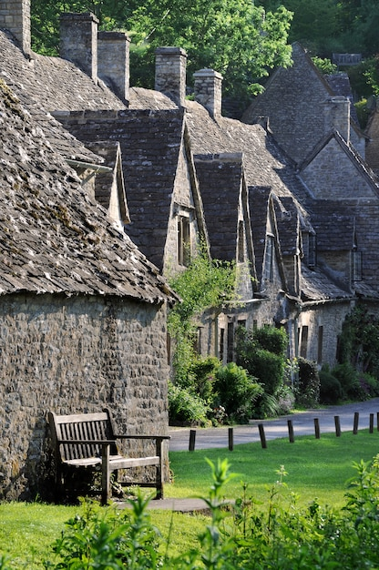 traditionnelles vieilles maisons dans la campagne anglaise de cotswolds t l charger des photos. Black Bedroom Furniture Sets. Home Design Ideas