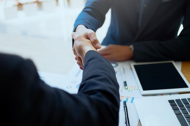 Un succès pratique pour les entreprises après une bonne affaire. Photo gratuit