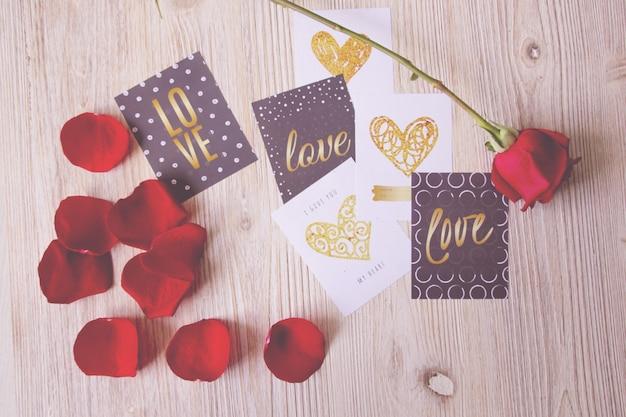 Valentine cartes postales et une rose Photo gratuit