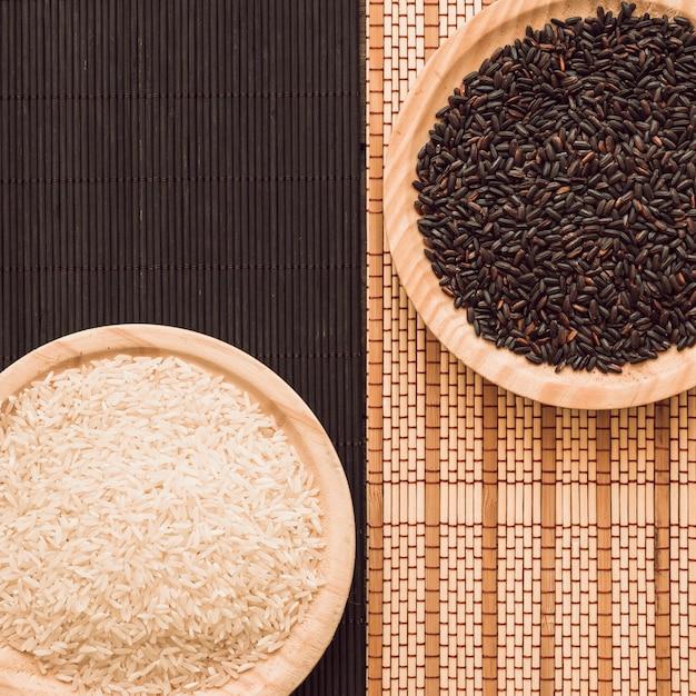 Vue aérienne de grains de riz bruns et blancs sur un napperon Photo gratuit