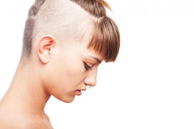 Vue de côté de la jeune femme avec une coiffure moderne ...
