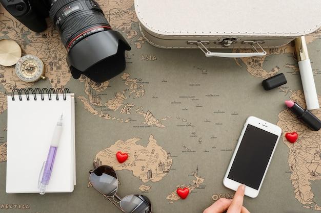 Vue de dessus d'une grande composition avec des objets décoratifs de voyage Photo gratuit