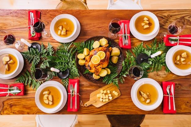 Vue de dessus du dîner de Noël avec des plats de soupe Photo gratuit