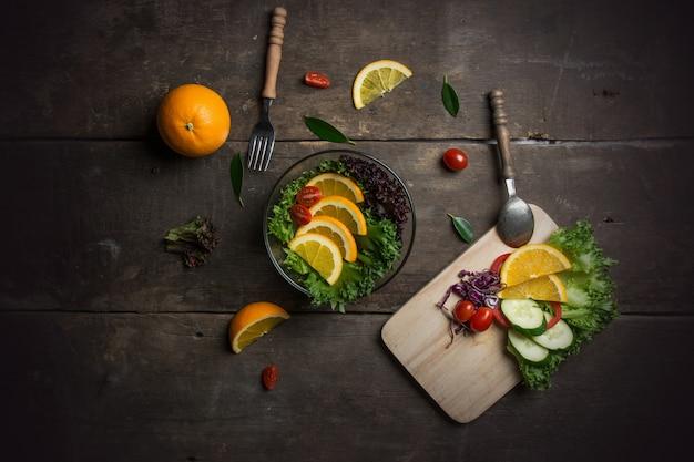 Vue de dessus planche à découper avec des ingrédients pour la salade Photo gratuit