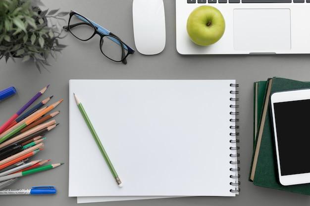 Vue de dessus plat poser de table de bureau moderne gris avec un