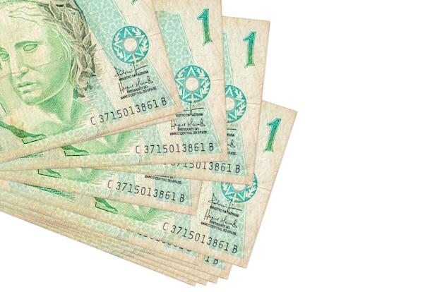 1 banconote reali brasiliane si trova in un piccolo mazzo o pacchetto isolato su bianco. concetto di cambio valuta e affari Foto Premium