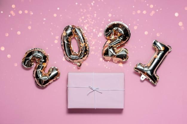 2021 palloncini stagnola oro numeri e presente Foto Premium