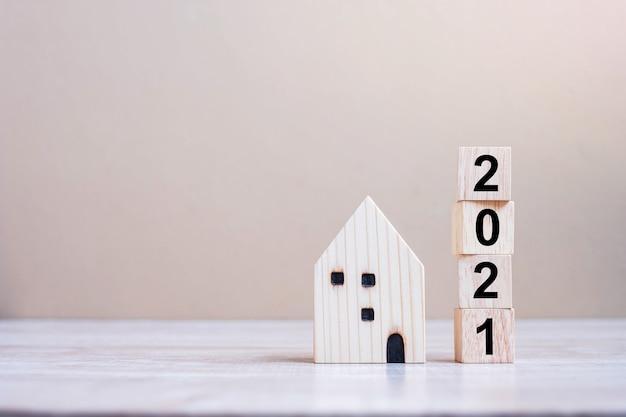 Felice anno nuovo 2021 con modello di casa sul tavolo Foto Premium