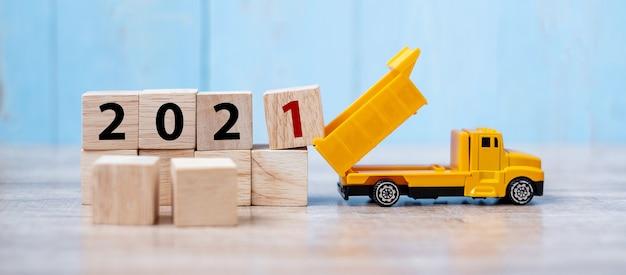 2021 felice anno nuovo con camion in miniatura Foto Premium