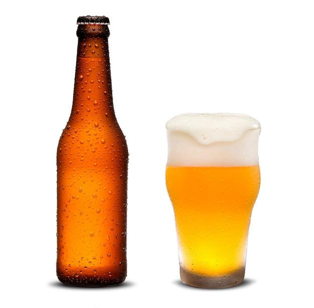 300 ml di bottiglie di birra e birra di vetro con gocce su sfondo bianco. Foto Premium