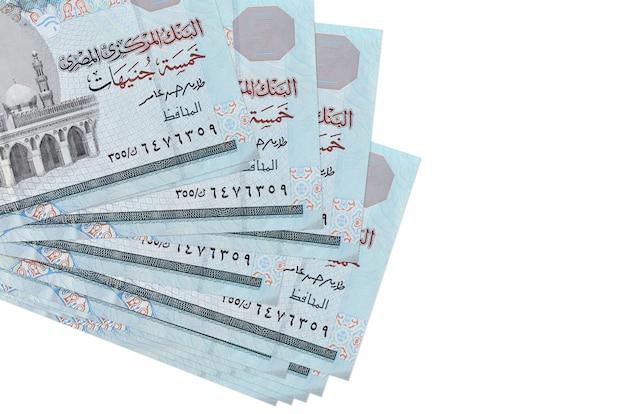 5 banconote in lire egiziane si trovano in un piccolo mazzo o pacchetto isolato su bianco. concetto di cambio valuta e affari Foto Premium