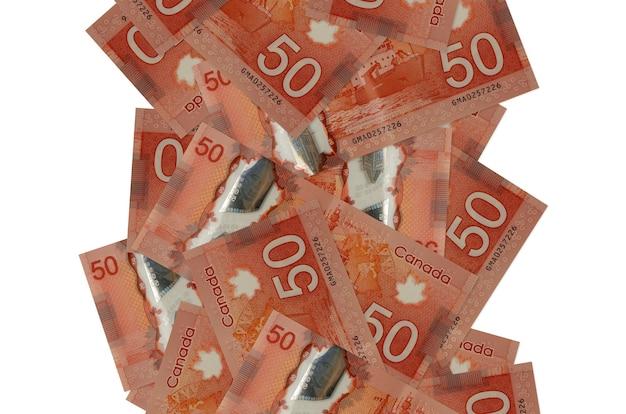 Banconote da 50 dollari canadesi che volano giù isolate. molte banconote che cadono con lo spazio bianco della copia sul lato sinistro e destro Foto Premium