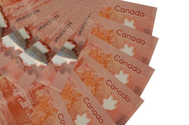 50 dollari canadesi fatture si trova isolato sul muro bianco con copia spazio impilato a forma di ventaglio da vicino. concetto di transazioni finanziarie Foto Premium