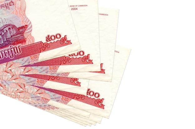 500 bollette riels cambogiane si trovano in un piccolo mazzo o pacchetto isolato su bianco. concetto di cambio valuta e affari Foto Premium