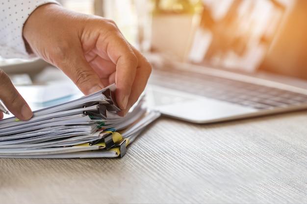 L'uso della mano del ragioniere calcola il rapporto finanziario, contando il calcolatore per il controllo dei documenti Foto Premium