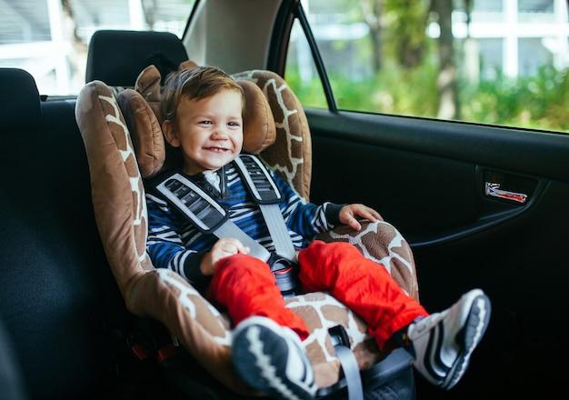 Neonato adorabile nel seggiolino auto di sicurezza. Foto Premium