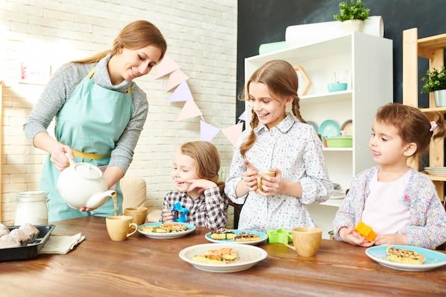 Famiglia adorabile che mangia tea party Foto Premium