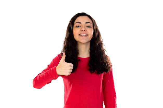 Adorabile ragazza adolescente con maglione rosso isolato su un muro bianco Foto Premium