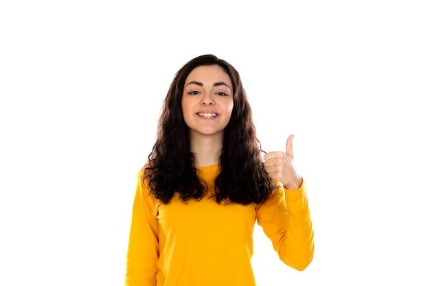 Adorabile ragazza adolescente con maglione giallo isolato su un muro bianco Foto Premium