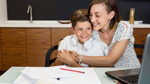 Giovane ragazzo adorabile che gioca con sua madre Foto Premium