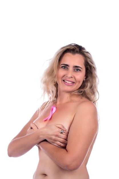 Donna adulta che copre i seni con le mani con il nastro rosa di consapevolezza del cancro al seno, su un bianco. Foto Premium