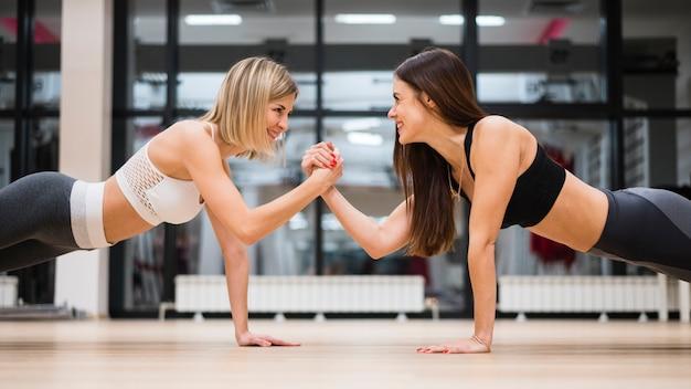 Donne adulte che lavorano insieme Foto Premium