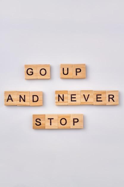 Consiglia per la vita di successo. frase motivazionale scritta con blocchi di legno. isolato su sfondo bianco. Foto Premium