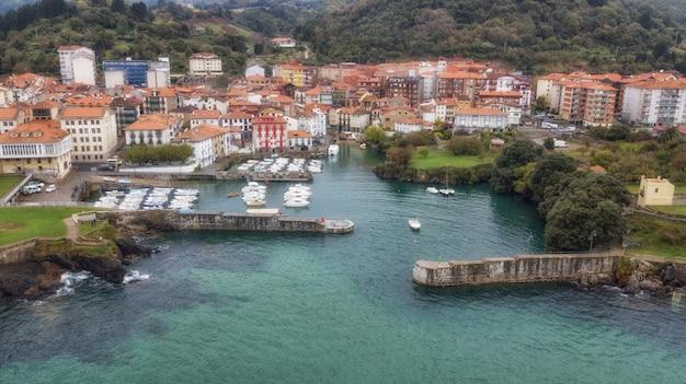 Foto aerea di vista a volo d'uccello presa dal fuco del villaggio pittoresco Foto Premium
