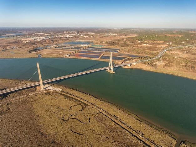 Aerea. ponte sul fiume guadiana ad ayamonte. portogallo Foto Premium