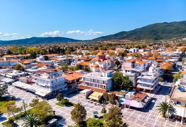 Vista aerea drone della piazza principale della città di asprovalta a halkidiki, grecia Foto Premium