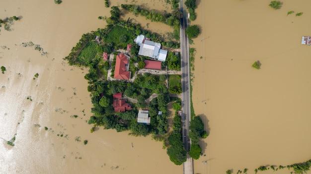 Vista aerea superiore di risaie allagate e il villaggio Foto Premium