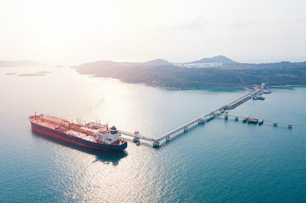 Nave da carico vista aerea del trasporto marittimo di logistica aziendale, petroliera gpl gpl ngv nella zona industriale thailandia / gruppo nave petroliera al porto di singapore - import export Foto Premium