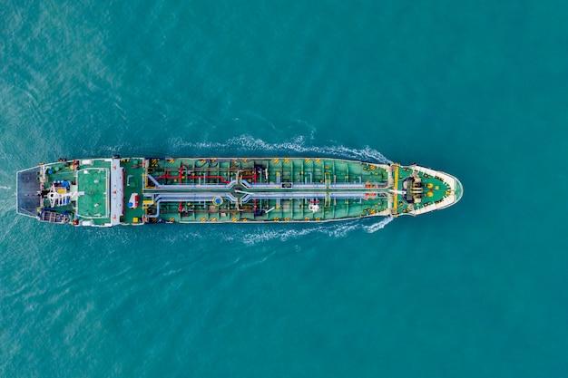Nave da carico vista aerea del trasporto marittimo di logistica aziendale, petroliera gpl gpl ngv in zona industriale thailandia, gruppo nave petroliera nave al porto di singapore Foto Premium