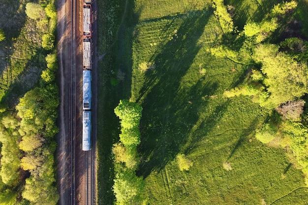 Vista aerea del treno merci su una ferrovia a doppio binario Foto Premium